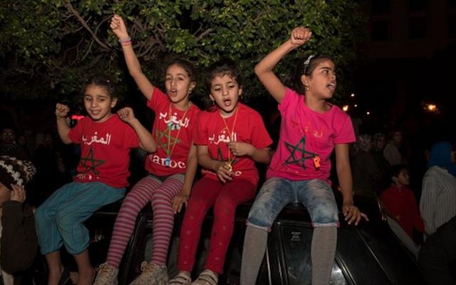 [CHÙM ẢNH] Người dân Maroc tràn xuống đường ăn mừng vé dự World Cup 2018 - Ảnh 8.