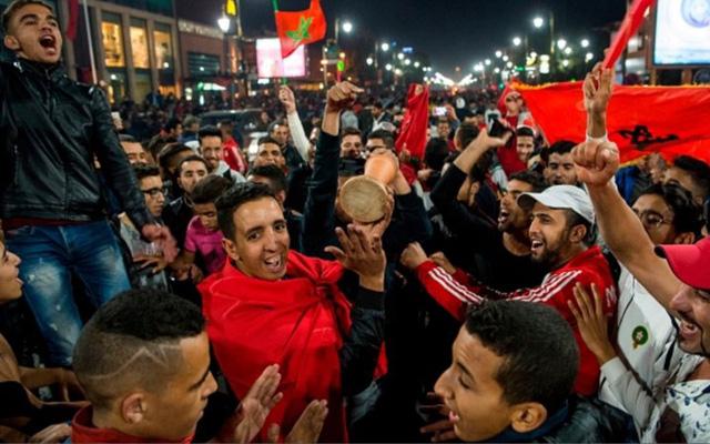 [CHÙM ẢNH] Người dân Maroc tràn xuống đường ăn mừng vé dự World Cup 2018 - Ảnh 9.