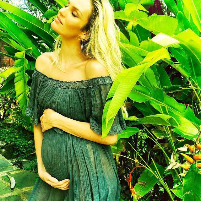 Thiên thần ngọt ngào nhất của Victoria's Secret mang thai lần 2 - Ảnh 1.