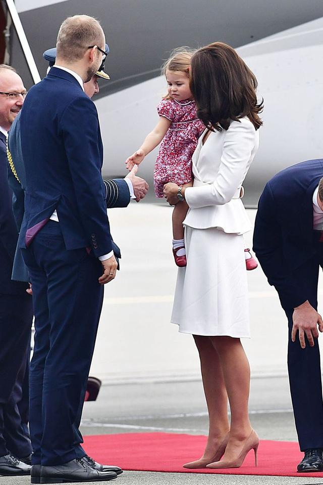 Anh em Hoàng tử bé nước Anh siêu đáng yêu cùng cha mẹ công du Ba Lan - Ảnh 6.