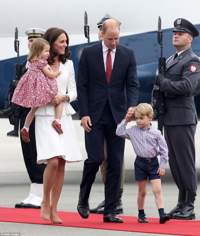 Anh em Hoàng tử bé nước Anh siêu đáng yêu cùng cha mẹ công du Ba Lan - Ảnh 9.