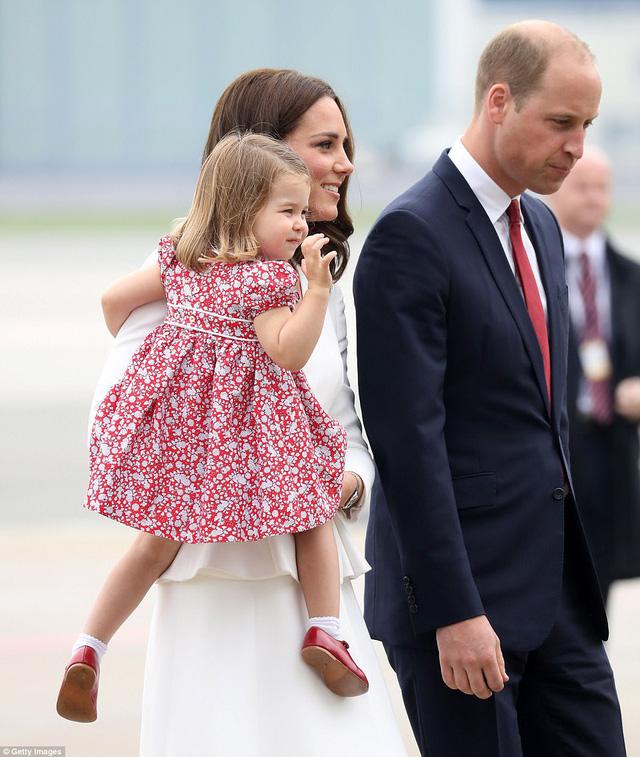 Anh em Hoàng tử bé nước Anh siêu đáng yêu cùng cha mẹ công du Ba Lan - Ảnh 3.
