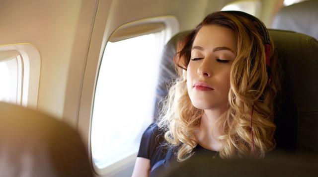 Mẹo hay khiến bạn thoải mái trong những chuyến bay dài - Ảnh 9.