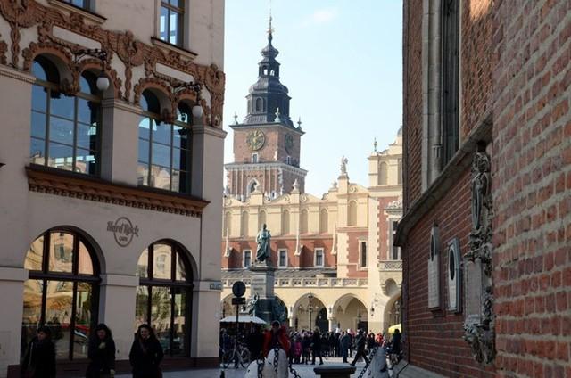 Khám phá 10 thành phố du lịch giá cả phải chăng nhất châu Âu - Ảnh 2.