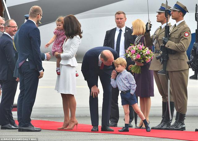 Anh em Hoàng tử bé nước Anh siêu đáng yêu cùng cha mẹ công du Ba Lan - Ảnh 7.
