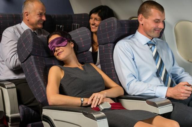 Mẹo hay khiến bạn thoải mái trong những chuyến bay dài - Ảnh 4.