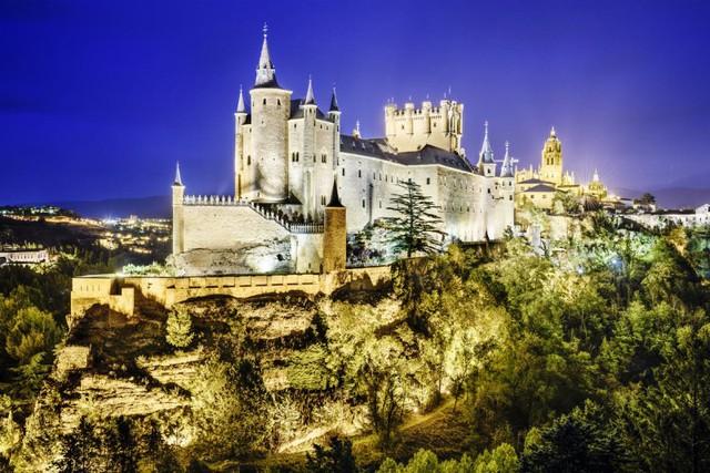 Lâu đài cổ - Một trong những nét đặc trưng của du lịch châu Âu - Ảnh 1.
