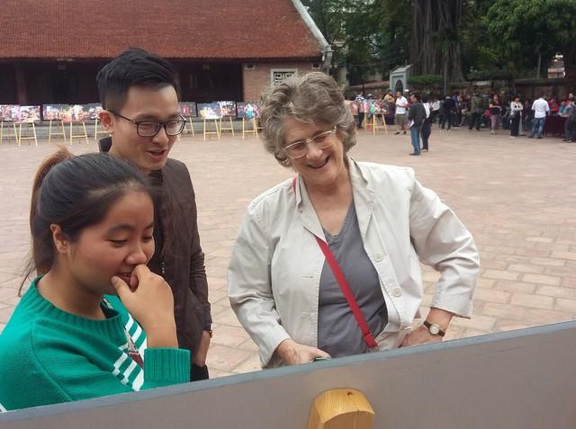 Triển lãm ảnh Thu Vọng Nguyệt thu hút khách du lịch nước ngoài - Ảnh 2.