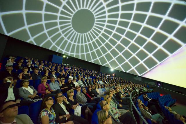 Ấn tượng rạp chiếu phim hình ngọc trai khổng lồ - Ảnh 8.