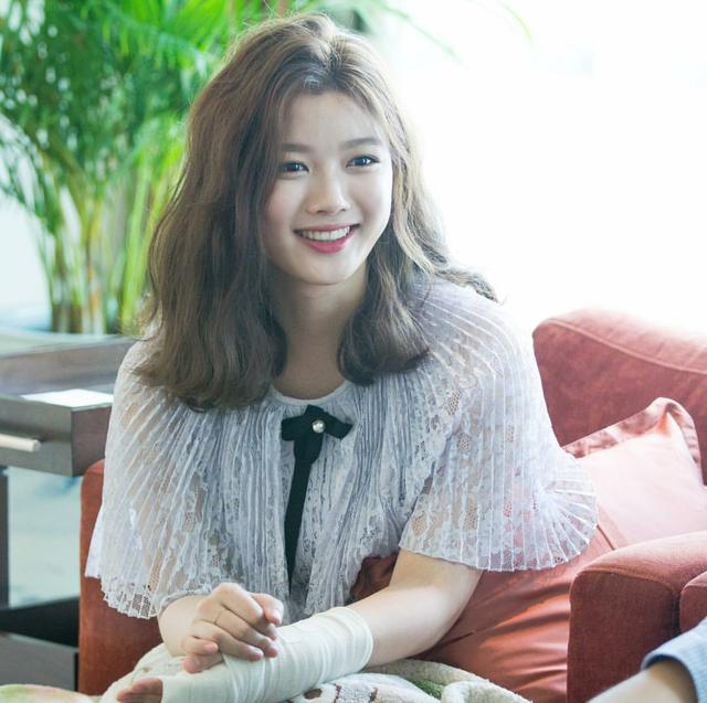 Tay băng bó, Kim Yoo Jung vẫn khiến fan đứng hình vì quá dễ thương - Ảnh 7.