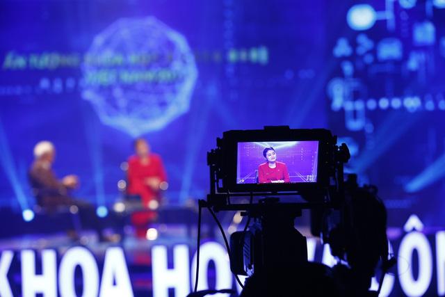 Hé lộ hình ảnh không có trên sóng của Ấn tượng Khoa học-Công nghệ Việt Nam 2017 - ảnh 1