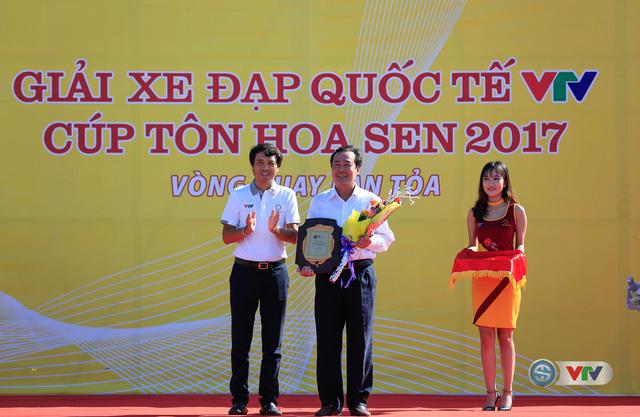 ẢNH: Những khoảnh khắc ấn tượng chặng 8 Giải xe đạp quốc tế VTV Cúp Tôn Hoa Sen 2017 - Ảnh 1.