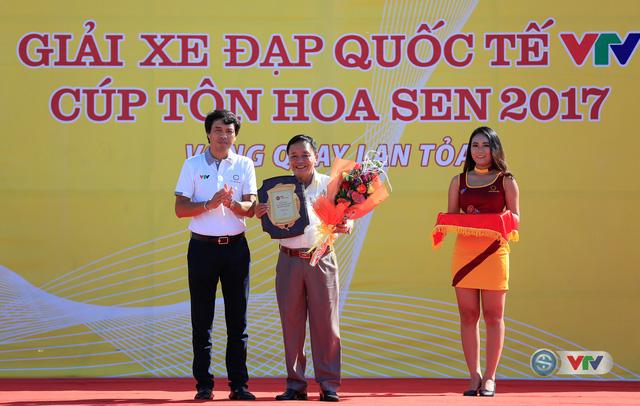ẢNH: Những khoảnh khắc ấn tượng chặng 8 Giải xe đạp quốc tế VTV Cúp Tôn Hoa Sen 2017 - Ảnh 2.