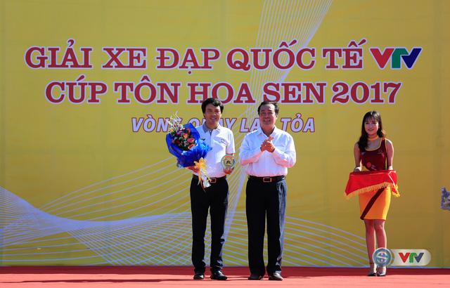 ẢNH: Những khoảnh khắc ấn tượng chặng 8 Giải xe đạp quốc tế VTV Cúp Tôn Hoa Sen 2017 - Ảnh 3.