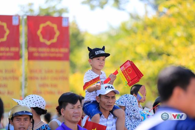 ẢNH: Những khoảnh khắc ấn tượng chặng 8 Giải xe đạp quốc tế VTV Cúp Tôn Hoa Sen 2017 - Ảnh 8.