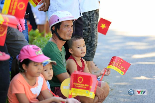 ẢNH: Những khoảnh khắc ấn tượng chặng 8 Giải xe đạp quốc tế VTV Cúp Tôn Hoa Sen 2017 - Ảnh 9.