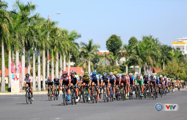 ẢNH: Những khoảnh khắc ấn tượng chặng 8 Giải xe đạp quốc tế VTV Cúp Tôn Hoa Sen 2017 - Ảnh 11.