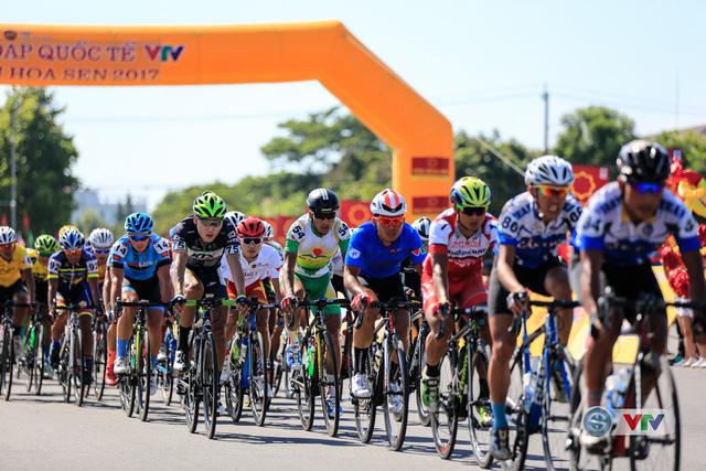 ẢNH: Những khoảnh khắc ấn tượng chặng 8 Giải xe đạp quốc tế VTV Cúp Tôn Hoa Sen 2017 - Ảnh 12.