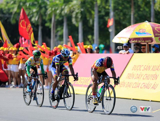 ẢNH: Những khoảnh khắc ấn tượng chặng 8 Giải xe đạp quốc tế VTV Cúp Tôn Hoa Sen 2017 - Ảnh 13.