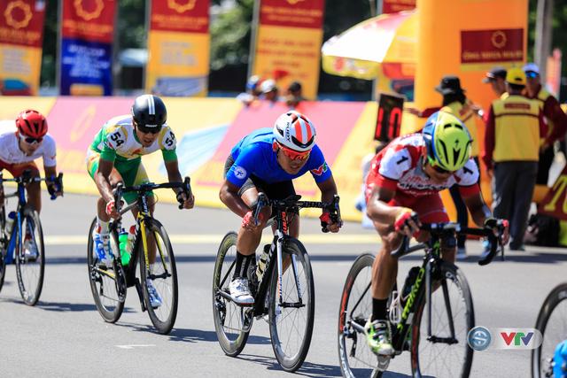 ẢNH: Những khoảnh khắc ấn tượng chặng 8 Giải xe đạp quốc tế VTV Cúp Tôn Hoa Sen 2017 - Ảnh 14.