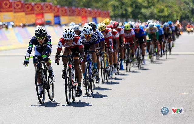 ẢNH: Những khoảnh khắc ấn tượng chặng 8 Giải xe đạp quốc tế VTV Cúp Tôn Hoa Sen 2017 - Ảnh 16.