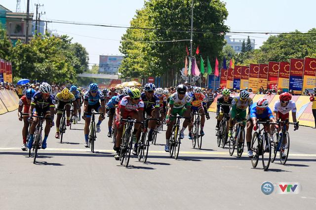 ẢNH: Những khoảnh khắc ấn tượng chặng 8 Giải xe đạp quốc tế VTV Cúp Tôn Hoa Sen 2017 - Ảnh 18.