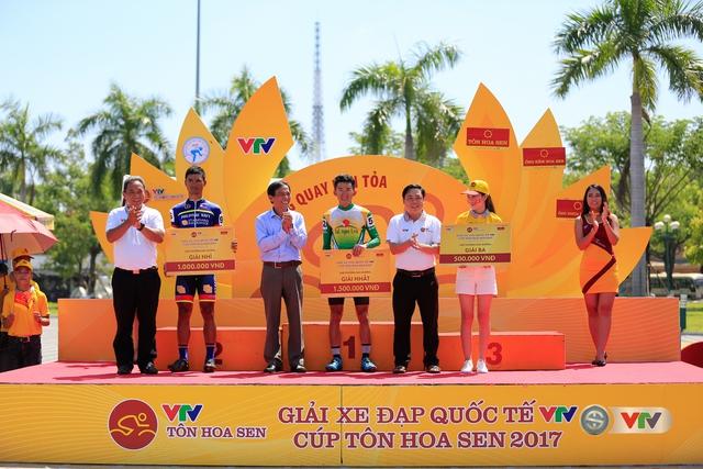 ẢNH: Những khoảnh khắc ấn tượng chặng 8 Giải xe đạp quốc tế VTV Cúp Tôn Hoa Sen 2017 - Ảnh 20.