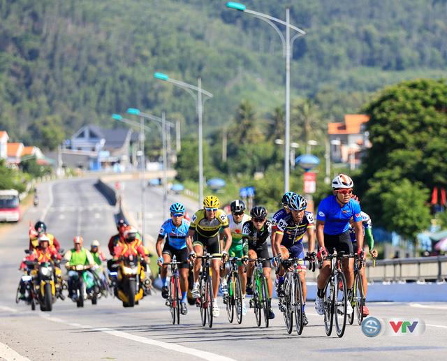 ẢNH: Những khoảnh khắc ấn tượng chặng 9 Giải xe đạp quốc tế VTV Cúp Tôn Hoa Sen 2017 - Ảnh 7.