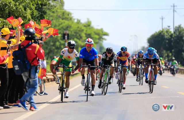 ẢNH: Những khoảnh khắc ấn tượng chặng 9 Giải xe đạp quốc tế VTV Cúp Tôn Hoa Sen 2017 - Ảnh 10.