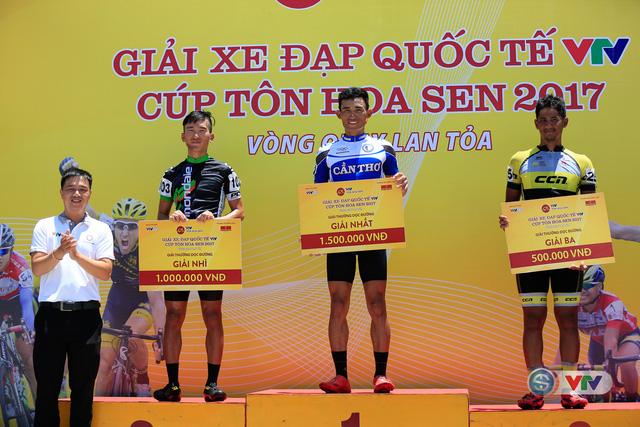 ẢNH: Những khoảnh khắc ấn tượng chặng 9 Giải xe đạp quốc tế VTV Cúp Tôn Hoa Sen 2017 - Ảnh 14.