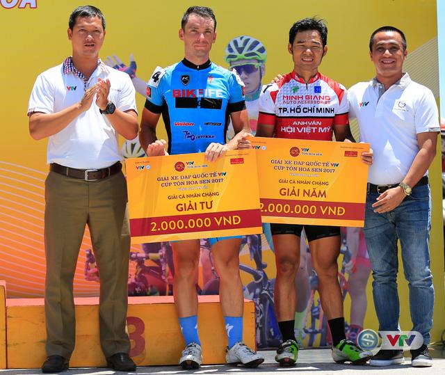 ẢNH: Những khoảnh khắc ấn tượng chặng 9 Giải xe đạp quốc tế VTV Cúp Tôn Hoa Sen 2017 - Ảnh 15.
