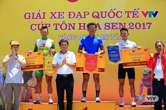 ẢNH: Những khoảnh khắc ấn tượng chặng 9 Giải xe đạp quốc tế VTV Cúp Tôn Hoa Sen 2017 - Ảnh 16.