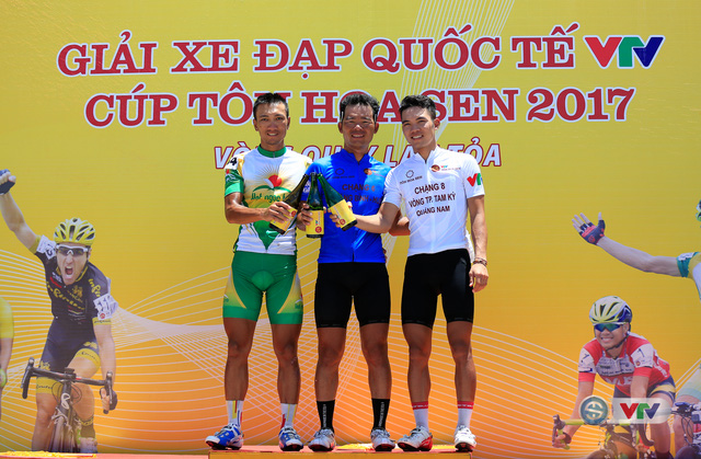 ẢNH: Những khoảnh khắc ấn tượng chặng 9 Giải xe đạp quốc tế VTV Cúp Tôn Hoa Sen 2017 - Ảnh 17.