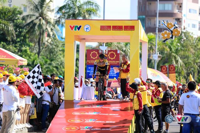 ẢNH: Những khoảnh khắc ấn tượng chặng 10 Giải xe đạp quốc tế VTV Cúp Tôn Hoa Sen 2017 - Ảnh 6.