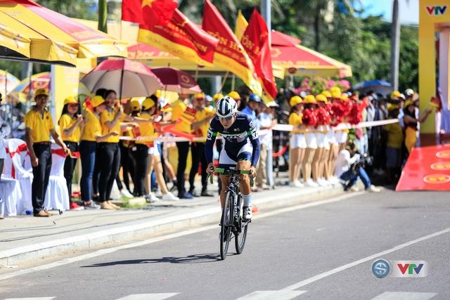 ẢNH: Những khoảnh khắc ấn tượng chặng 10 Giải xe đạp quốc tế VTV Cúp Tôn Hoa Sen 2017 - Ảnh 8.