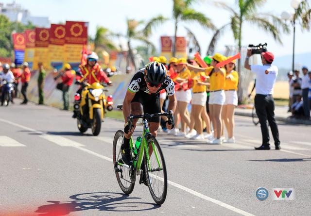 ẢNH: Những khoảnh khắc ấn tượng chặng 10 Giải xe đạp quốc tế VTV Cúp Tôn Hoa Sen 2017 - Ảnh 9.