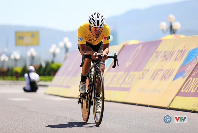 ẢNH: Những khoảnh khắc ấn tượng chặng 10 Giải xe đạp quốc tế VTV Cúp Tôn Hoa Sen 2017 - Ảnh 15.