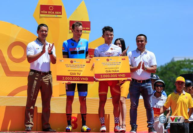 ẢNH: Những khoảnh khắc ấn tượng chặng 10 Giải xe đạp quốc tế VTV Cúp Tôn Hoa Sen 2017 - Ảnh 16.
