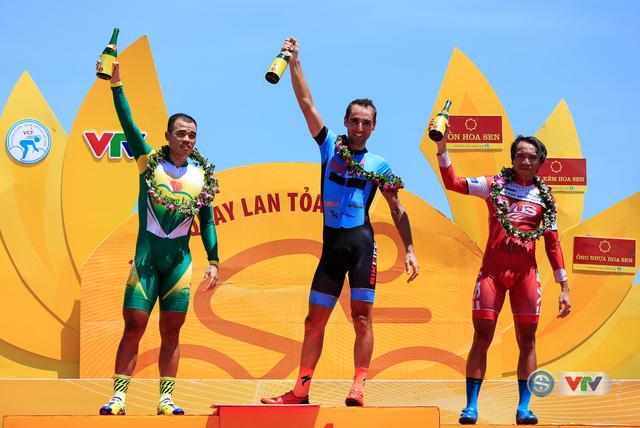 ẢNH: Những khoảnh khắc ấn tượng chặng 10 Giải xe đạp quốc tế VTV Cúp Tôn Hoa Sen 2017 - Ảnh 18.