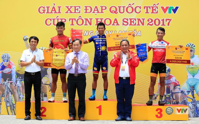 ẢNH: Những khoảnh khắc ấn tượng chặng 11 Giải xe đạp quốc tế VTV Cúp Tôn Hoa Sen 2017 - Ảnh 17.