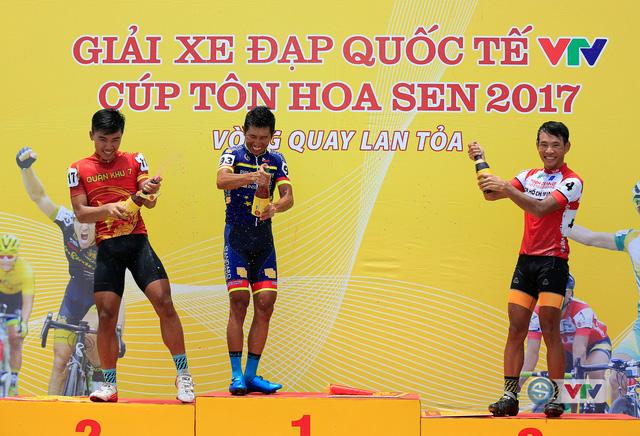 ẢNH: Những khoảnh khắc ấn tượng chặng 11 Giải xe đạp quốc tế VTV Cúp Tôn Hoa Sen 2017 - Ảnh 18.