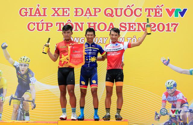 ẢNH: Những khoảnh khắc ấn tượng chặng 11 Giải xe đạp quốc tế VTV Cúp Tôn Hoa Sen 2017 - Ảnh 19.