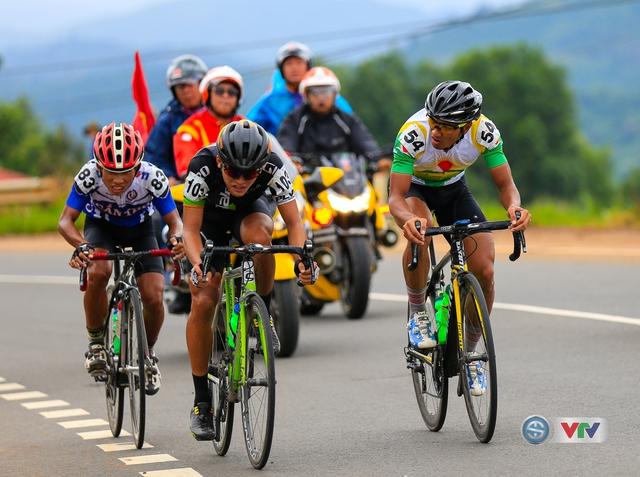 ẢNH: Những khoảnh khắc ấn tượng chặng 13 Giải xe đạp quốc tế VTV Cúp Tôn Hoa Sen 2017 - Ảnh 9.