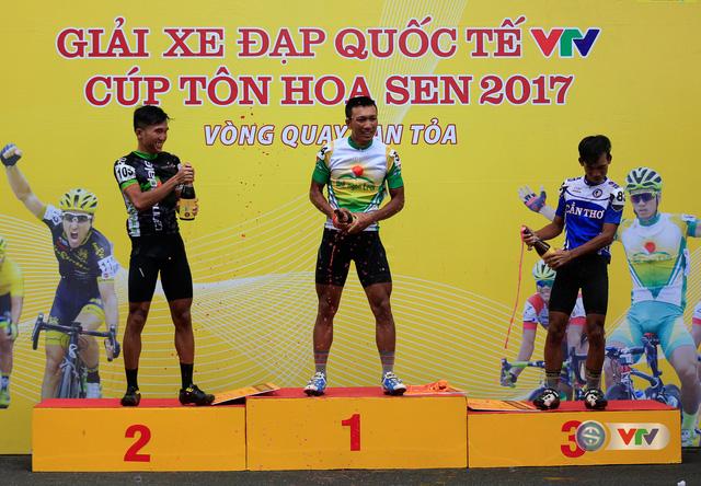 ẢNH: Những khoảnh khắc ấn tượng chặng 13 Giải xe đạp quốc tế VTV Cúp Tôn Hoa Sen 2017 - Ảnh 18.