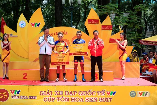 ẢNH: Những khoảnh khắc ấn tượng chặng 14 Giải xe đạp quốc tế VTV Cúp Tôn Hoa Sen 2017 - Ảnh 12.
