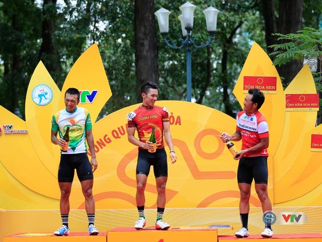 ẢNH: Những khoảnh khắc ấn tượng chặng 14 Giải xe đạp quốc tế VTV Cúp Tôn Hoa Sen 2017 - Ảnh 15.