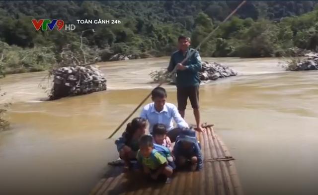 Thanh Hóa: Hiểm nguy rình rập khi học sinh đi bè qua sông - Ảnh 1.