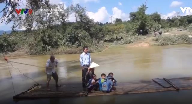 Thanh Hóa: Hiểm nguy rình rập khi học sinh đi bè qua sông - Ảnh 2.
