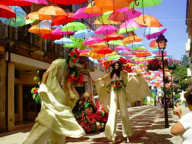 Thú vị con đường với những chiếc ô rực rỡ tại Bồ Đào Nha - Ảnh 4.