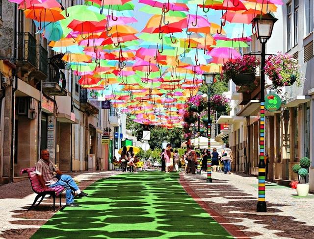 Thú vị con đường với những chiếc ô rực rỡ tại Bồ Đào Nha - Ảnh 6.